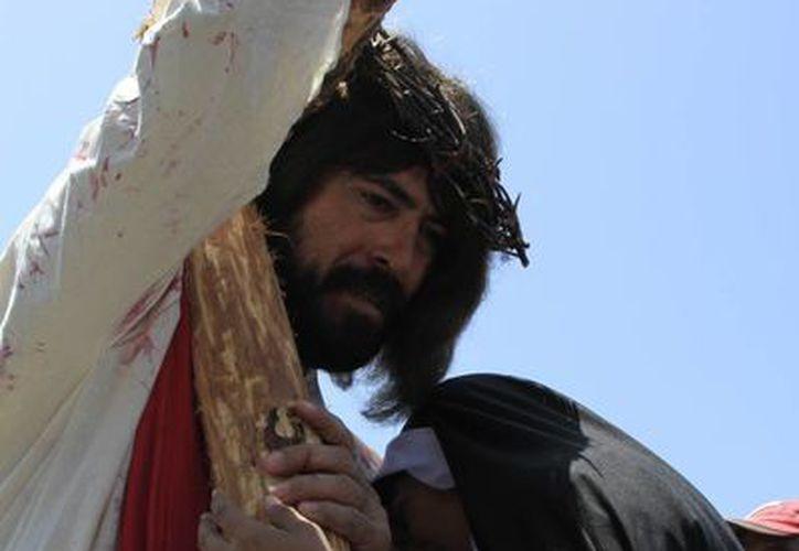 Jesús lleva la cruz durante el vía crucis en Chetumal. (Ángel Castilla/SIPSE)