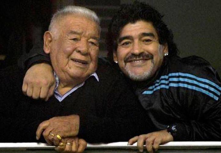 'Don Diego' Maradona (izq.), padre del exastro argentino del futbol, Diego Armando, falleció este jueves, a los 87 años de edad. (El Clarín)