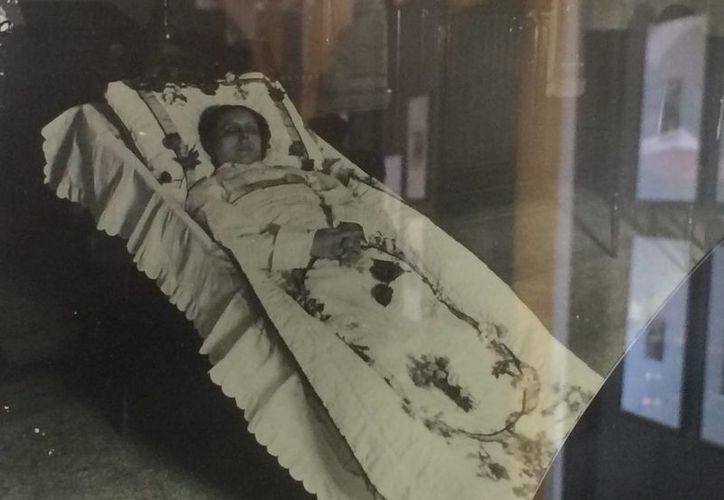 Las imágenes de la Fototeca Guerra fueron impresas bajo la técnica artesanal, lo que favorece la presencia del blanco y negro. (Notimex)
