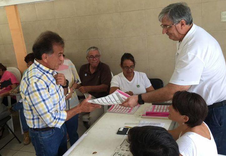 Miguel Ángel Yunes Linares, candidato de PAN-PRD a la gubernatura de Veracruz, al momento de acudir a la casilla electoral para realizar su voto. (Notimex)