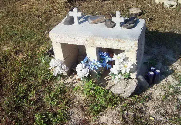 En uno de los nichos aún permanecen los zapatitos que tenían los niños el día de la tragedia.