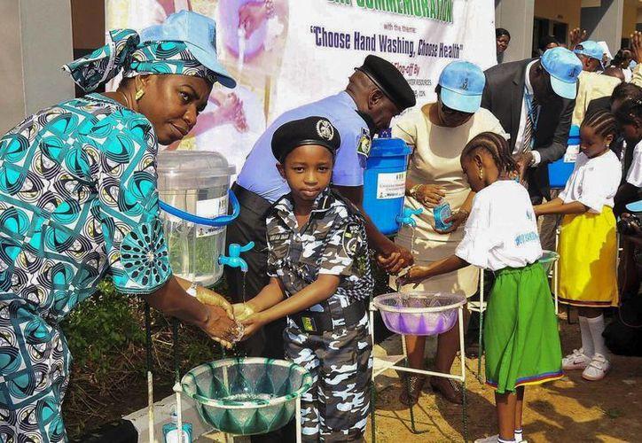 Varios alumnos del Colegio Internacional Powa se lavan las manos como parte de la campaña de sensibilización del Día Mundial del Lavado de Manos contra el ébola en Abuja, Nigeria. (Archivo/EFE)