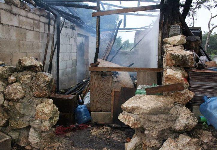 El fuego consumió una casa en Felipe Carrillo Puerto. (Redacción/SIPSE)