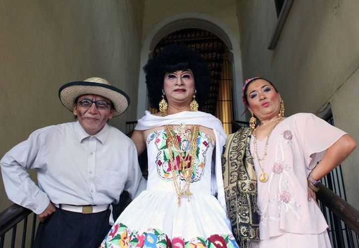 Salma Salomé (al centro), personaje que interpreta el actor Raúl Niño, cumple 15 años y lo celebra con una obra teatral. (Milenio Novedades)