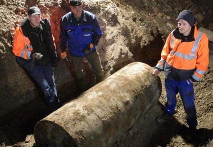 Las autoridades alemanas realizaron la desactivación de una bomba de la Segunda Guerra Mundial, la cual tenía un peso aproximado de 1.8 toneladas.(Stefan Puchner/AP)