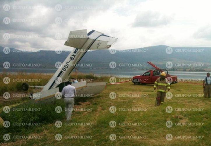 La avioneta terminó dentro de un canal de aguas. (Foto: Jorge Martínez/Milenio)