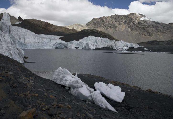 Muestra del retroceso del hielo en el glaciar Pastoruri, en el parque nacional Huascaran, en Perú. (AP/Martín Mejía)
