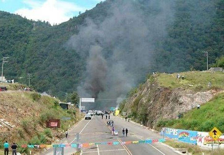 Habitantes de San Juan Chamula irrumpieron en el campamento de los docentes, en plena carretera. (Milenio)