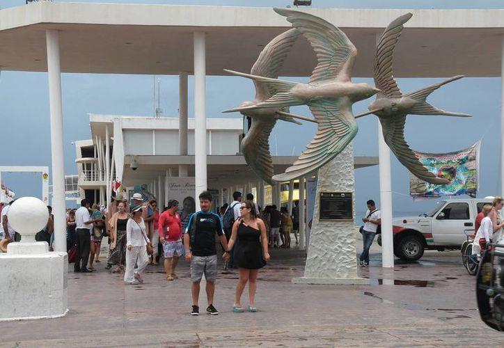 Arriba gran cantidad de turistas provenientes de Playa del Carmen. (Julián Miranda/SIPSE)