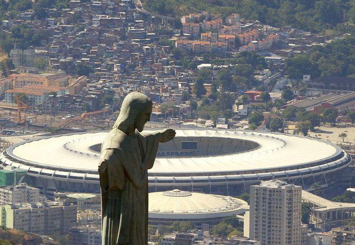 Vista aérea del Cristo Redentor con el estadio Maracaná de fondo, sede de la final del Mundial de Futbol Brasil 2014. (EFE/Archivo)