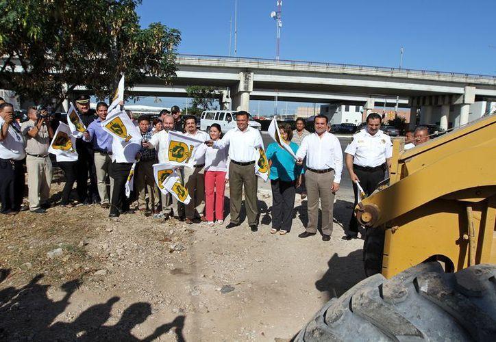 Acompañado del alcalde de Mérida, Renán Barrera, El Gobernador dio el banderazo de inicio de las obras. (Cortesía)