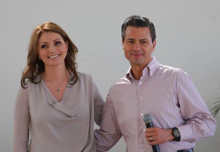 Peña Nieto con su esposa, la primera dama Angélica Rivera, con quien visitó Yucatán este viernes. (Notimex/Contexto)