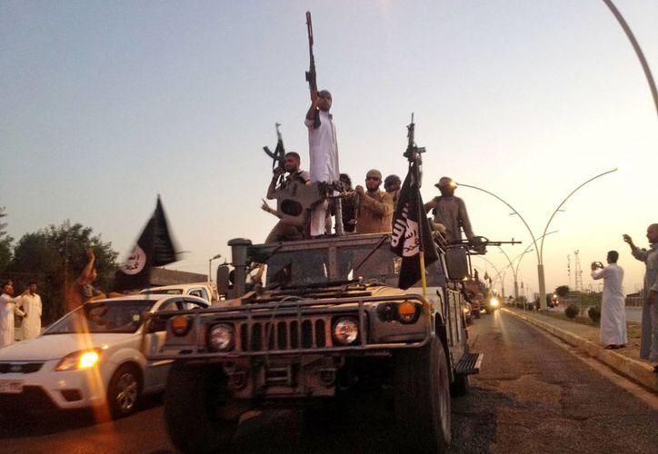 Militantes del Estado Islámico avanzan en un vehículo en Mosul, Irak. La foto corresponde al 23 de junio del año en curso. (Foto: AP)
