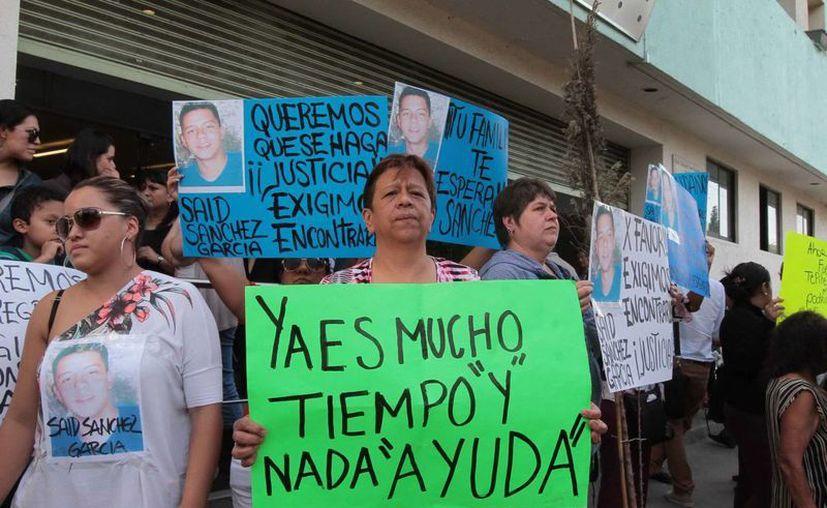 De acuerdo a las autoridades, solo ocho de los desaparecidos estaban en el bar Heaven. En la foto, sus familiares. (Notimex/Archivo)