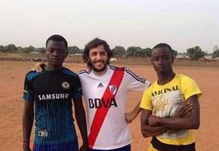Secuestradores liberan al ingeniero argentino plagiado en Nigeria. Imagen de Santiago López Menéndez (en medio) acompañado de dos compañeros de nigerianos. (clarin.com)