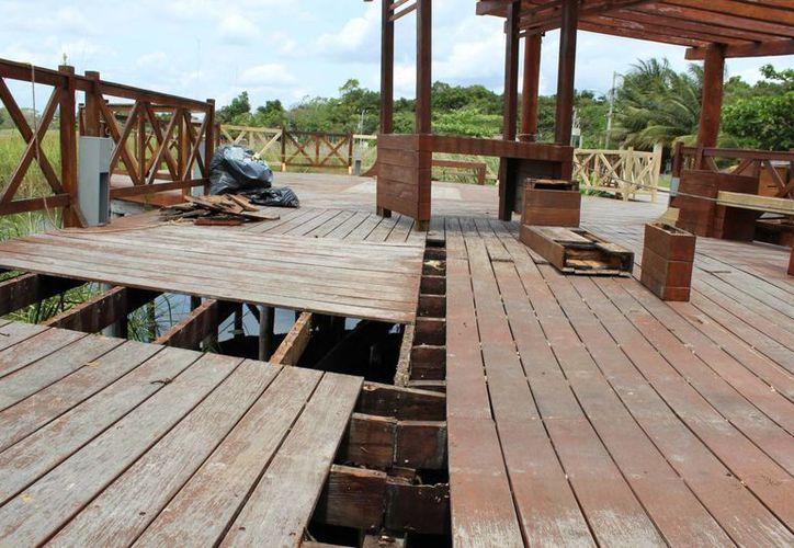 En el estado en que se encuentra esta  construcción solo ofrece una pésima imagen al visitante tanto nacional como extranjero. (Sara Cauich/SIPSE)