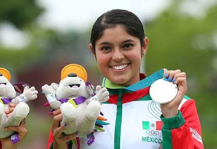 Karla Hinojosa ganó bronce para México en los Juegos Panamericanos al vencer a su compatriota Aída Román. En la foto celebra el haber ganado una medalla previa grupal en la misma competencia. (Notimex)