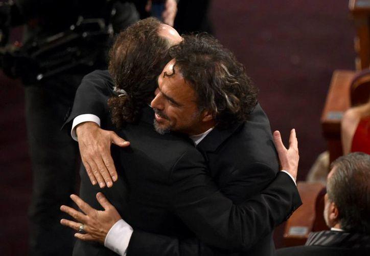 Alejandro González Iñárritu felicita a Emmanuel Lubezki por el Oscar a mejor cinematografía. (AP)