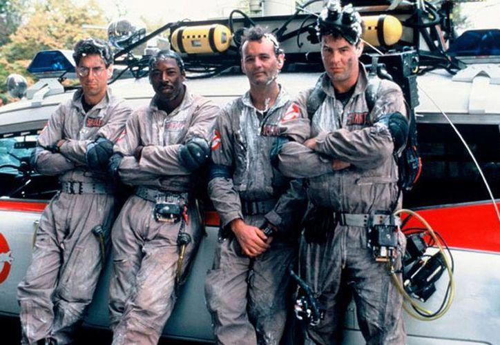 Bill Murray (tercero en orden de izq. a der.) integrará el elenco de la tercera parte de la cinta Ghostbusters. La imagen corresponde a la primera versión. (ghostbusters.com)