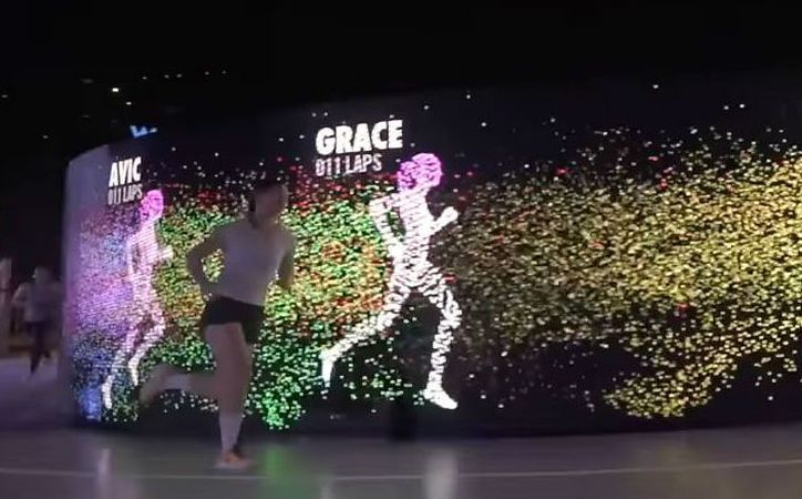 La pista tiene forma de zapato para correr y contiene una pantalla LED que la rodea. (Récord)