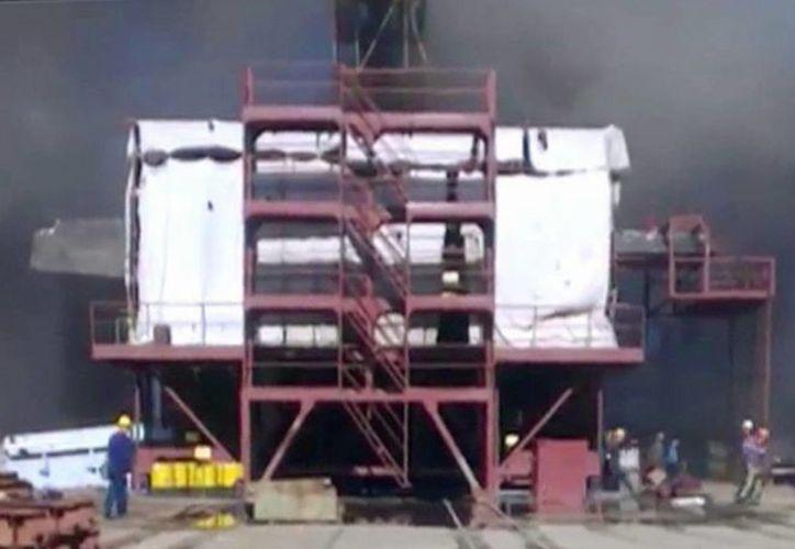 Personas huyen de la zona del incendio. (PrimeMediaTV/Agencias)