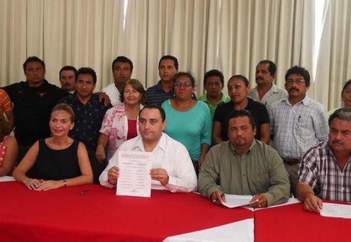Firman acuerdo el gobernador, Roberto Borge y el Comité de Lucha Magisterial.  (Twitter: @Mauricio collado)