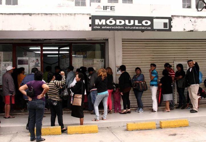 Largas filas se observan en el módulo del mercado San Benito. (Milenio Novedades)