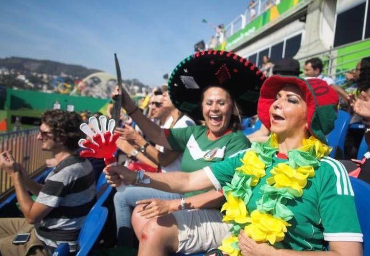 Entre la porra que alienta a los atletas mexicanos en Río 2016, hay una doctora playense. (Notimex)