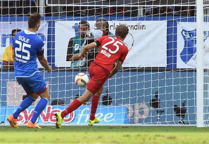 Momento en que Thomas Muller anota su gol en la victoria del Bayern Munich, que recibió un gol a los nueve segundos de haber iniciado el partido contra Hoffenheim, un récord de la Liga Alemana. (Foto: AP)
