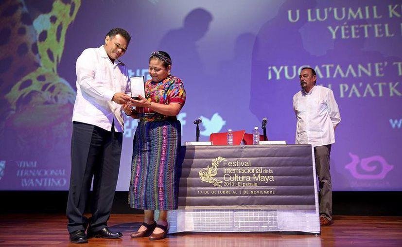 El gobernador Rolando Zapata Bello entrega el reconocimiento a Rigoberta Menchú Tum. (SIPSE)