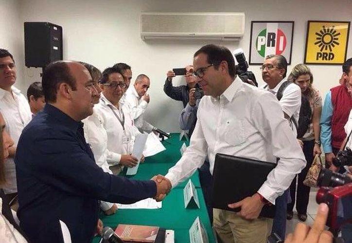 El candidato de la coalición PRI-Partido Verde-Panal-PT, José Ignacio Peralta Sánchez, tras recibir la constancia de mayoría por parte del INE en Colima. (twitter.com/victorbarajas78)
