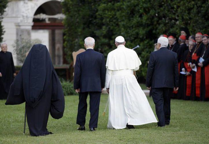 El papa Francisco con el presidente israelí Shimon Peres, el mandatario palestino Mahmud Abás y el patriarca Bartolomé I, de la Iglesia Ortodoxa de Constantinopla, en los jardines del Vaticano. (AP)
