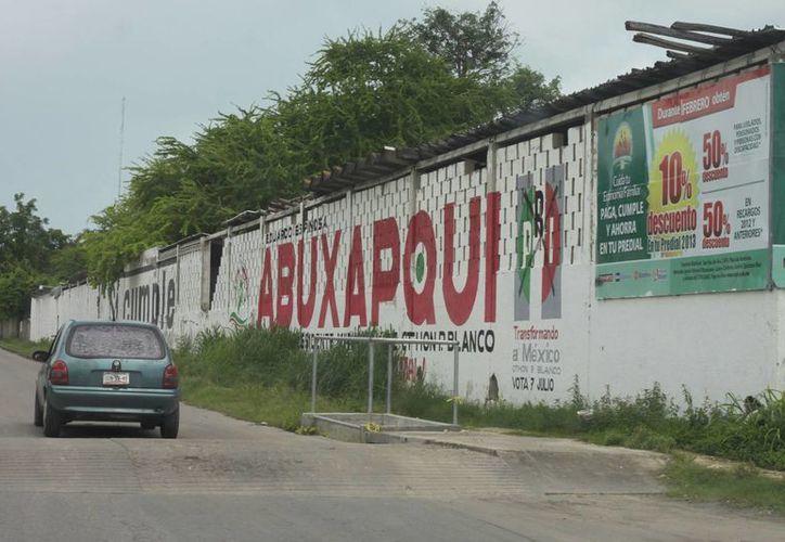 En varios puntos de la ciudad todavía existen bardas pintadas. (Archivo/SIPSE)