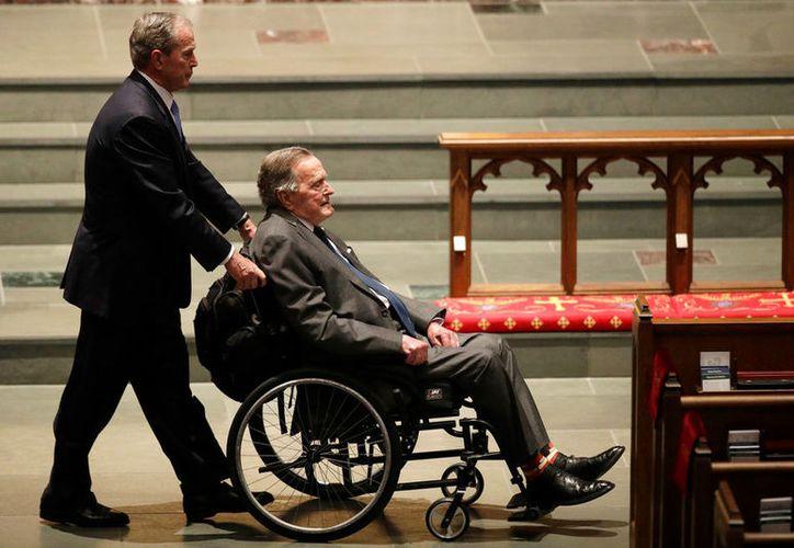 George se traslada en silla de ruedas desde que empezó a sufrir síntomas de  Parkinson. (AP)