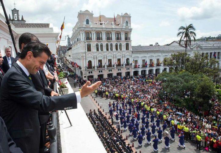 Peña Nieto presenció un desfile de las fuerzas ecuatorianas desde el balcón del palacio presidencial de Quito. (Presidencia)