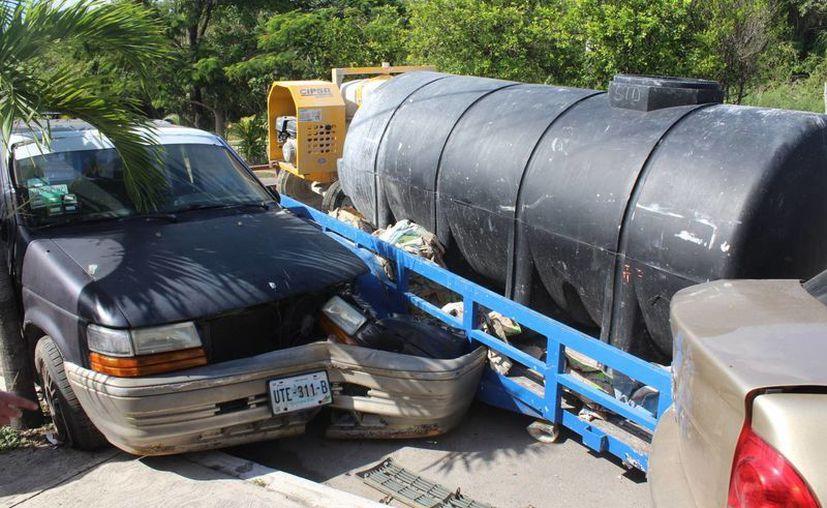 Un remolque chocó a varios vehículos estacionados, tras soltarse de la unidad que lo trasladaba, la tarde de ayer en Chetumal. (Redacción/SIPSE)
