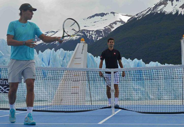 Nadal y Djokovic jugaron en una cancha de tenis adaptada en un trasbordador que navegó frente al glaciar Perito Moreno, en la Patagonia argentina. (Agencias)
