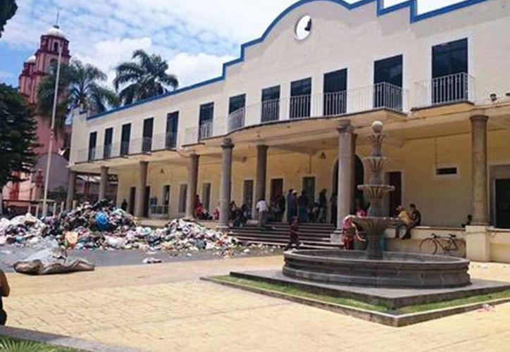 La basura fue incendiada en las puertas del Ayuntamiento de Nogales, Veracruz; las protestas continúan. (Milenio Novedades)