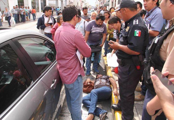 La mujer quedó en la calle en espera de su atención y posterior traslado al hospital. (Jorge Acosta/SIPSE)