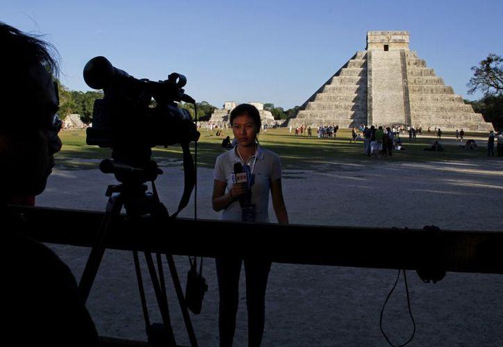 Una periodista transmite desde Chichén Itza, con motivo del fin del calendario maya. (Agencias)