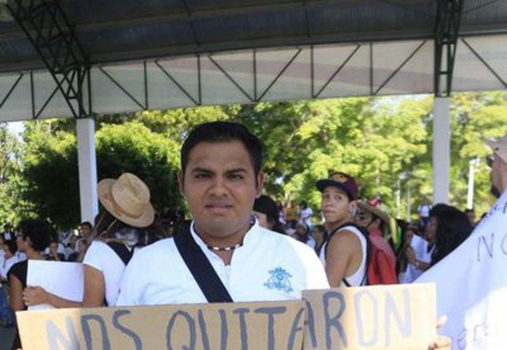 Los manifestaron llevaron pancartas durante su recorrido. (Harold Alcocer/SIPSE)