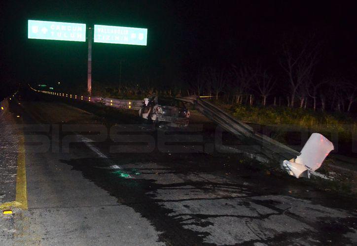 El coche se quemó completamente y el conductor falleció dentro del mismo. (SIPSE)