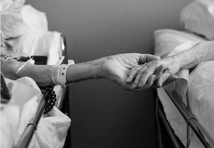 Imagen de las manos de Don y Maxine Simpson, quienes fallecieron con pocas de horas de diferencia. (Foto facilitada por Melissa Sloa/georgianewsday.com)