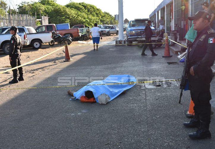 El cuerpo del joven pescador quedó tendido en la Caleta de Progreso, ya que no sobrevivió durante el intento para trasladarlo al hospital.