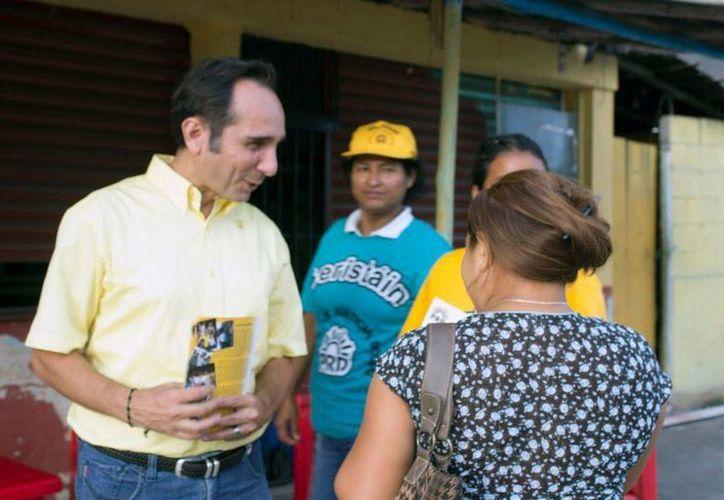 El candidato a diputado Juan Carlos Beristáin ofreciendo propuestas a ciudadanos. (Facebook)