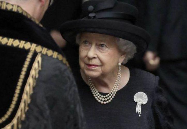 La reina fue informada sobre el fallecimiento de su médico. (Canal 6)