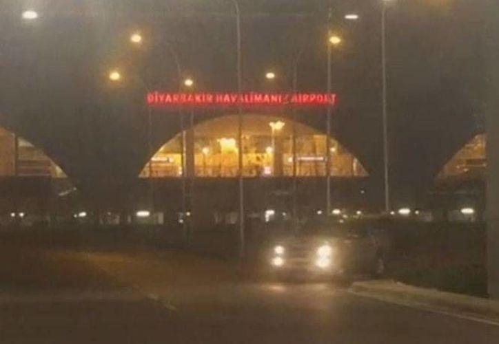 Cuatro cohetes fueron disparados contra un puesto de control policial fuera de la sala VIP de un aeropuerto turco, y de inmediato fueros evacuados los pasajeros y el personal que se encontraban en el edificio.  (excelsior.com)