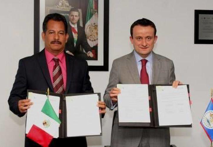 El memorándum fue firmado por Pablo Marin, ministro beliceño de Salud, y el titular de Cofepris, Mikel Arriola. (cofepris.gob.mx)