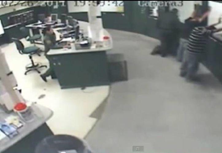 El video fue tomado en un sistema de circuito cerrado dentro de las instalaciones de la patrulla fronteriza en Imperial Beach. (YouTube)