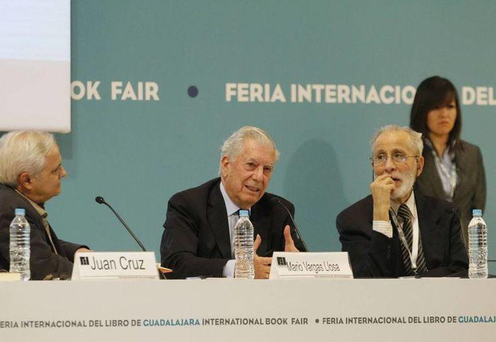 """""""Gracias a la literatura el mundo no es peor de lo que es, la vida no es más pobre, más conformista de lo que es"""", señaló Vargas Llosa (c) en la presentación de su novela en la FIL de Guadalajara. (Notimex)"""
